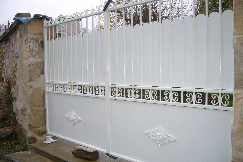 Pose de portail fer alu sur mesure for Barriere coulissante jardin